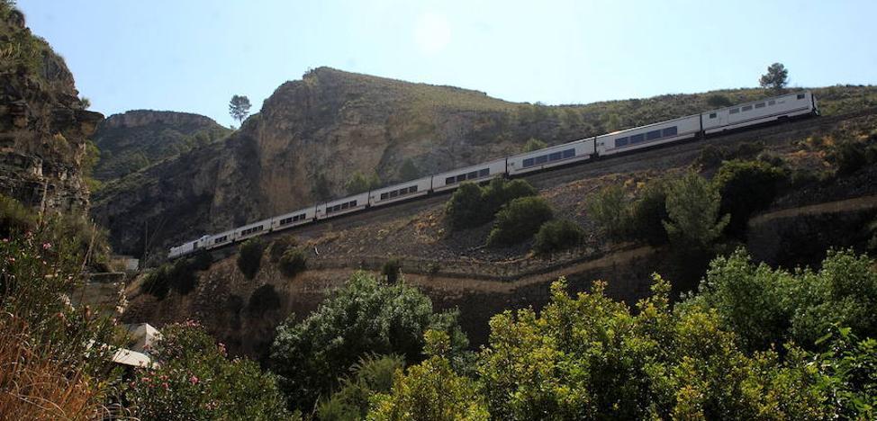 El viaje de tres horas a Madrid empezará con un solo tren híbrido diario por Camarillas