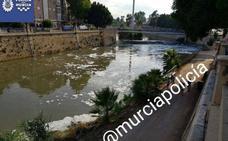 La espuma vuelve a aparecer en el Segura a su paso por Murcia