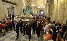 La Fuensanta luce un manto bordado por cientos de murcianos en el día de su onomástica