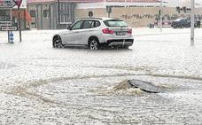 Una tromba de agua inunda carreteras y avenidas de Yecla y atrapa a 4 vehículos