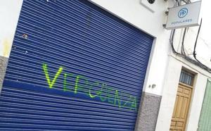 Un vándalo ataca con lanzamiento de huevos las sedes de PP, PSOE e IU