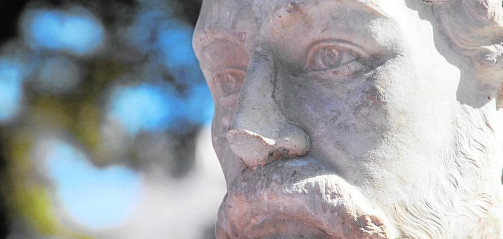 El busto de Jiménez de la Espada pierde parte de la nariz