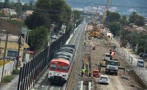 Retiran los postes de las catenarias de la vía provisional