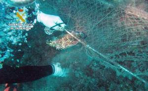 Retiran una red de pesca en Águilas por el riesgo para la navegación y el buceo
