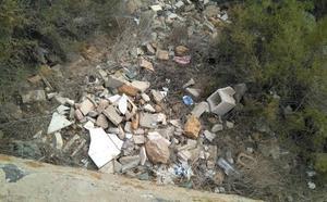 Huermur denuncia el «caos» de basuras y escombros en el castillo de Monteguado