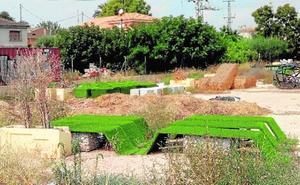 Los bancos de la plaza Romea acaban arrumbados en un solar de La Arboleja