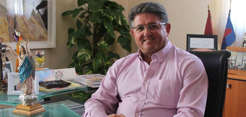 El alcalde de Los Alcázares: «Algunos barrenderos cobran 1.700 euros y no dan palo al agua»