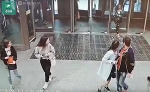 La puerta de cristal, la chica y su móvil