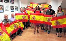 El PP de Alhama entrega banderas de España a sus afiliados