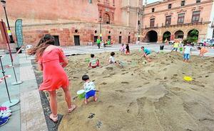La plaza de España de Lorca se convierte en una improvisada playa para hacer castillos