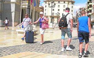 El sector turístico salva el verano con precios a la baja y alerta del «estancamiento»