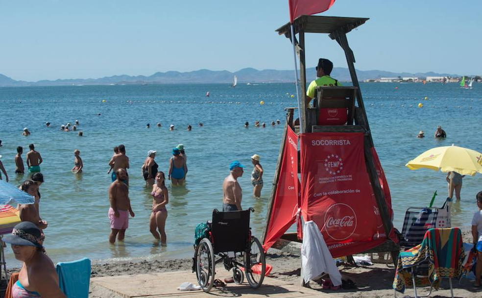 Un socorrista vigila una playa del Mar Menor. /Javier Carrion / AGM