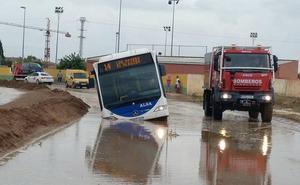 Un autobús con dos personas dentro queda atrapado en una carretera de El Albujón