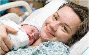 Los médicos murcianos piden que se reconozca por ley el contacto 'piel con piel' tras el parto