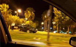 Pierde el control del coche y acaba subido a una rotonda en Juan Carlos I