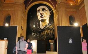 Centenares de personas admiran el mural de San Juan de la Cruz de Santiago Ydáñez en la jornada de puertas abiertas