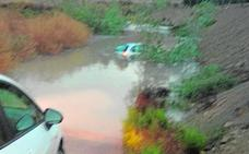 La tormenta corta una carretera en Lorquí y atrapa a una conductora e inunda locales en Villanueva