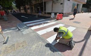 Arreglan el paso de cebra pintado al revés en Lorca