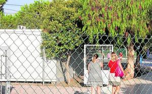La falta de espacio lleva a padres de El Bohío y de La Aljorra a exigir aulas prefabricadas