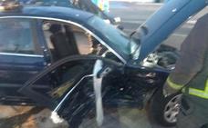 Tres menores heridos y una mujer atrapada tras chocar con su coche en Molina