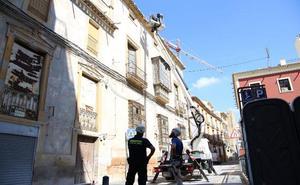 Técnicos de Emergencias inspeccionan las casas por reconstruir del casco antiguo