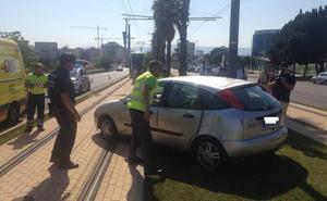 Un coche salta la mediana en la avenida Juan Carlos I y corta el paso del tranvía