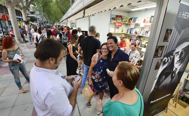 Colas adolescentes para llevarse una firma de Laura López en la Feria del Libro
