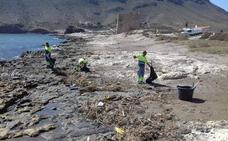 Retiran 1.500 kilos de plásticos y residuos de las playas de Calnegre