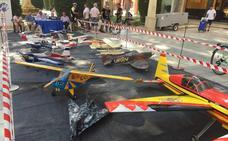 La Alameda de la Constitución acoge la exposición de aeromodelismo con una veintena de maquetas