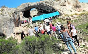 Collares y raederas confirman 40.000 años de ocupación en la Cueva del Arco