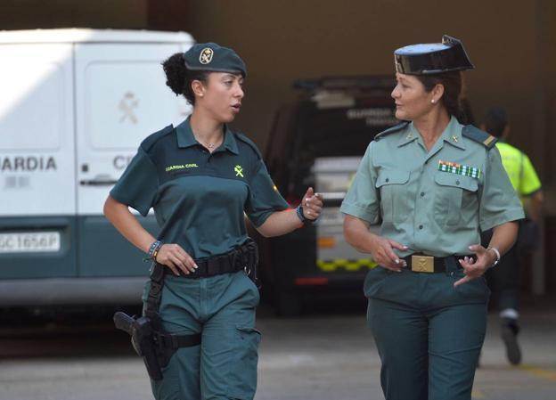 La guardia civil Sandra Sánchez y la cabo primero María Dolores Abenza hablan en el patio de la comandancia de Murcia./ NACHO GARCÍA / AGM