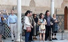 Bono, el líder de U2, visita la Alhambra