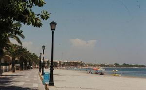 Fallece una mujer mientras se bañaba en la Playa del Espejo en Los Alcázares