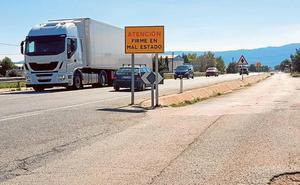 El aumento de tráfico pesado destroza la comarcal que conecta con la autovía