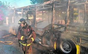 El incendio de un autobús en Los Conejos causa el pánico entre los pasajeros