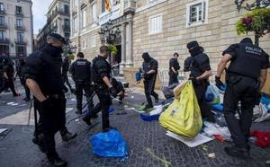 Los Mossos desalojan la acampada independentista de la plaza Sant Jaume