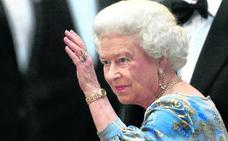 La reina Isabel II tiene una mano de pega