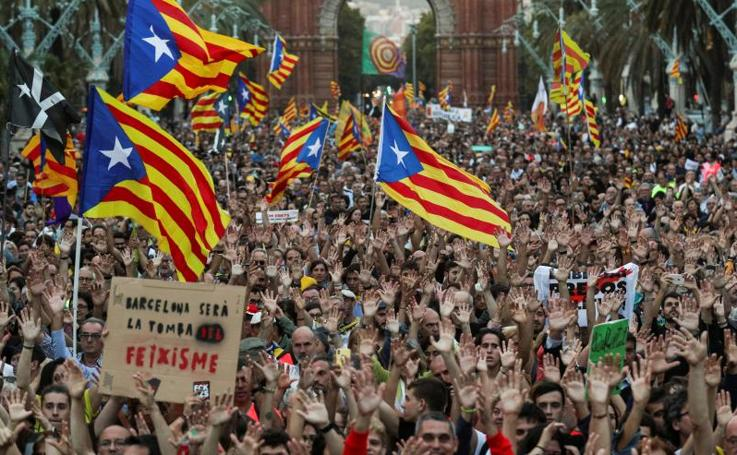 Miles de personas marchan hacia el Parlament para exigirle que proclame ya la república
