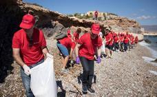 150 voluntarios limpian las playas de Águilas