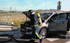 Una conductora logra escapar de su coche en llamas en Yecla