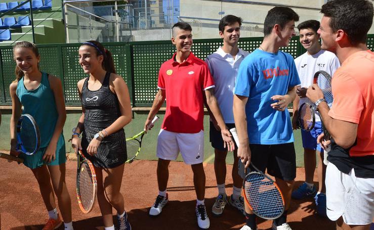 Entrega las becas de la Comunidad a deportistas de la Federación de Tenis de la Región