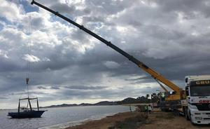 Medio Ambiente sacará otros cuarenta barcos hundidos del Mar Menor con fondos europeos