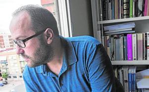 «Soy un náufrago más en este mundo», dice el poeta José Alcaraz