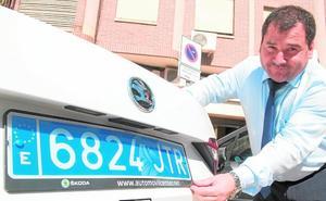 Más de 30 taxis murcianos llevan ya matrícula azul para frenar el intrusismo