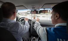 Treinta invidentes se ponen al volante con ayuda de instructores como copilotos