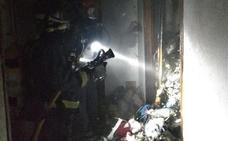 Dos afectados por inhalación de humo al arder una casa abandonada ocupada por indigentes en Lorca