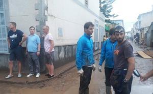 Nadal achica agua en las casas dañadas por la riada de Mallorca