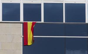 El PP se niega a descolgar la bandera española de su ventana en la Asamblea Regional