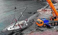 Una grúa daña la vegetación protegida en Cabo Cope para sacar un barco encallado