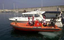 Rescatan a dos tripulantes de una embarcación incendiada frente a la costa de Mazarrón